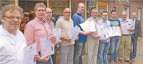 Die Goldmedaillenträger (v. l.) Wilhelm Geelink (Vreden), Karl Jöhne (Nienborg), Josef Ebbinghoff (Schöppingen), Manfred Verweyen (Ahaus), Michael Tenk (Südlohn), Bernd Rawers (Ahaus), Robin Merschformann und Peter Bussmann (Zumbusch, Stadtlohn), Obermeister Helmut Kappelhoff (Stadtlohn) stellten sich mit Daniel Janning (Geschäftsführer Kreishandwerkerschaft Borken) zum Erinnerungsfoto. Auf dem Foto fehlen Bäckerei Terschluse Südlohn und Bäckerei Duesmann aus Gronau. MLZFOTO ROLVERING