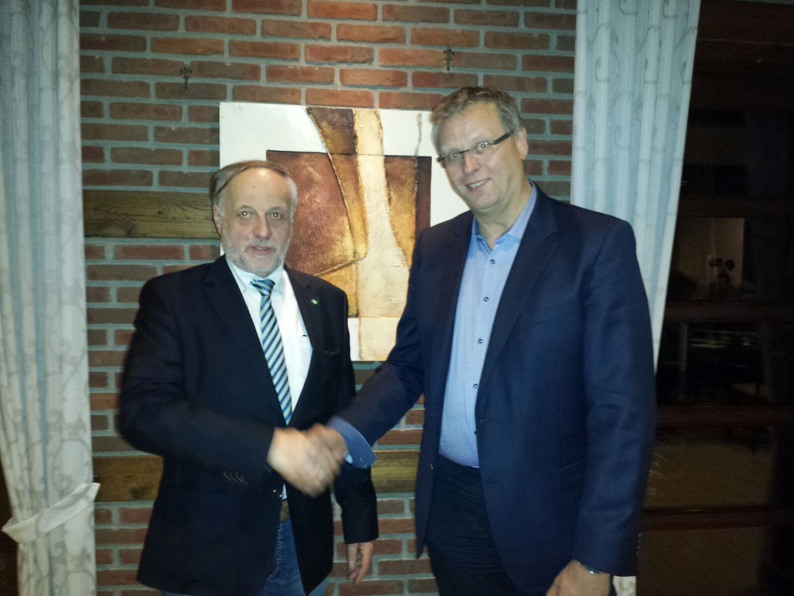 Der bisherige Obermeister Ludger Gausling (l.) gratuliert dem neuen Obermeister Stefan Röring.